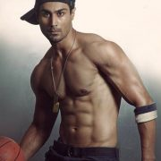 model karan oberoi body and abs